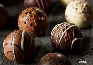 Foto de trufas de chocolate preto e branco